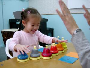 看顏色咭拍鐘進行視覺追蹤及專注力訓練。