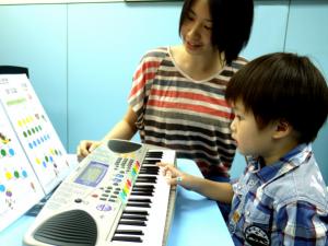 閱譜彈琴-初期以顏色代表音符,只須配對便能成功彈奏一首樂曲。
